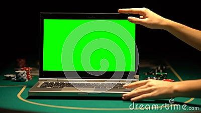 Ordenador portátil femenino de la abertura de las manos, fichas de póker alrededor, publicidad en línea del casino almacen de metraje de vídeo