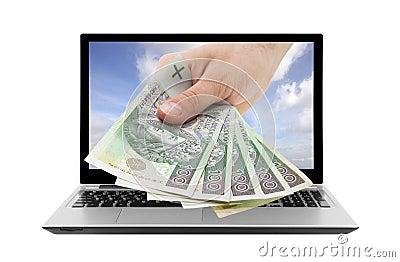 Ordenador portátil y mano con el dinero polaco
