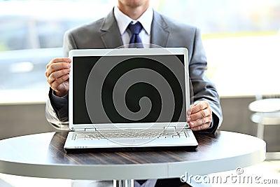 Ordenador portátil con una pantalla en blanco útil
