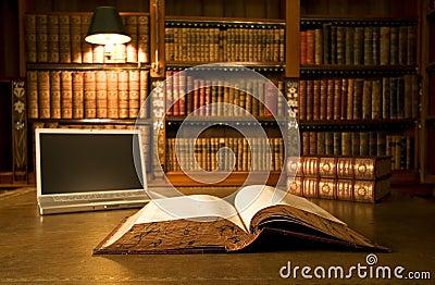 Ordinateur portatif dans la bibliothèque classique