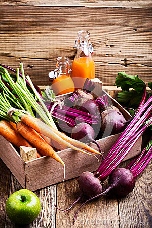 Free Organic  Farm. Fresh Vegetables In Wooden Crate Royalty Free Stock Photos - 93724638