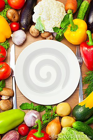 Free Organic Vegetables Around White Plate With Knife And Fork Royalty Free Stock Photos - 29914868