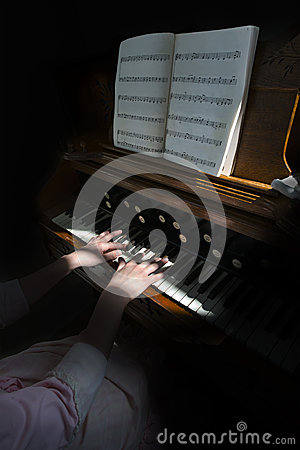 Free Organist Playing Old Vintage Antique Pump Organ Royalty Free Stock Photography - 33783357