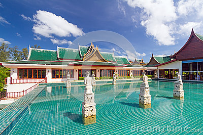 Orientalisk paviljong reflekterad i bevattna