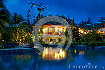 Orientalisk thailändsk arkitektur på natten