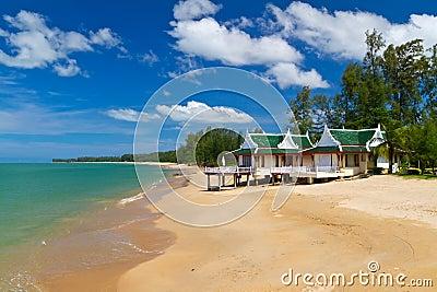 Orientaliskt arkitekturferiehus på stranden
