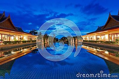 Orientalny kurort w Tajlandia przy nocą
