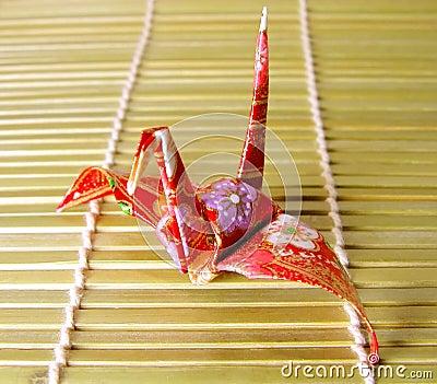 Origami auf einem Bambusfußboden