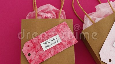 Original-Produkt- oder Duplikataufkleber auf Einkaufstaschen mit ähnlichem Farbpapier und Kamera-Einzoomen auf dem Original-Einze stock video