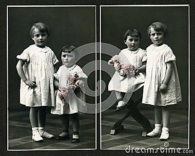 Originele antieke foto - jonge meisjes met bloemen
