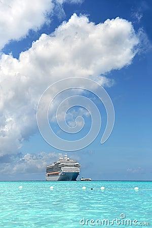 Orilla cercana del barco de cruceros