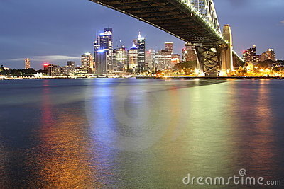 Orizzonte di Sydney con il ponticello del porto alla notte