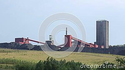 ORLOVA GNUŚNY, republika czech, PAŹDZIERNIK 1, 2016: Czarna kopalnia węgla, odzyskujący nawierzchniowy coalmining zbiory