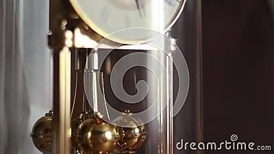 Orologio di oro di rotazione del pendolo archivi video