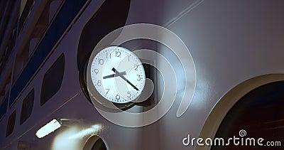 Orologio sul ponte di una nave da crociera stock footage