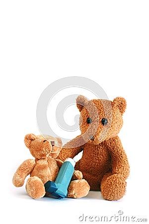 Orsi dell orsacchiotto con lo spruzzo di asma