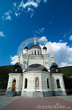 Orthodoxe kerk in Foros met hemel en wolken