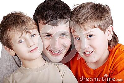 Ortrait de três meninos de sorriso
