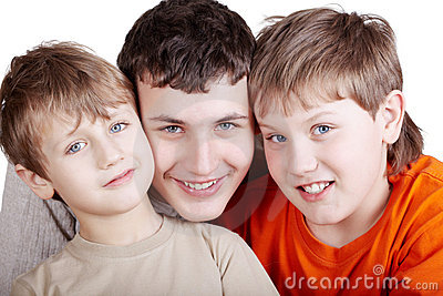 Ortrait de tres muchachos sonrientes