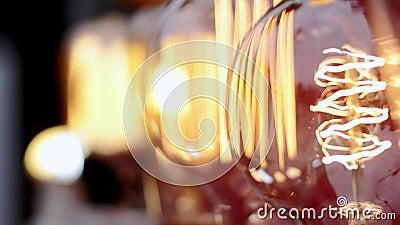 Os bulbos de vidro incandescentes bonitos cintilam video estoque