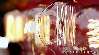 Os bulbos de vidro incandescentes bonitos cintilam filme