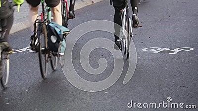 Os ciclistas montam em uma pista ocupada do ciclo em Londres pela Tamisa filme