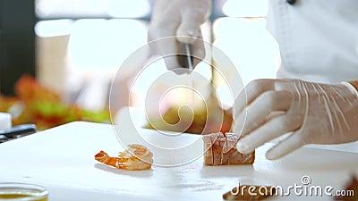 Os cortes da faca cozinharam a carne de peixes video estoque