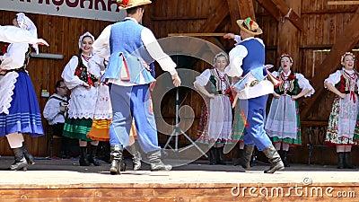 Os dançarinos do Polônia no traje tradicional executam em um festival popular vídeos de arquivo