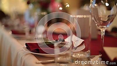 Os detalhes interiores do salão do banquete do casamento do Natal com decorand apresentam o ajuste no restaurante Decoração da es video estoque