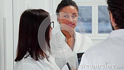 Os doutores fêmeas riem do hospital filme