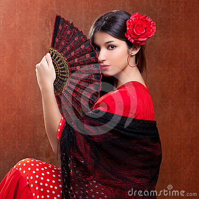 Os espanhóis aciganados da rosa do vermelho da mulher do dançarino do Flamenco ventilam