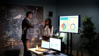 Os especialistas multirraciais na economia que analisam o desenvolvimento do mercado mundial descreveram em infographic vídeos de arquivo