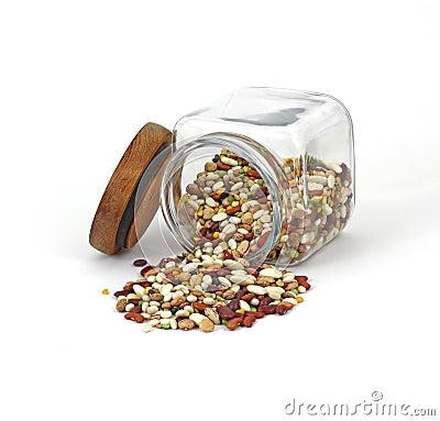 Os feijões misturados derramaram do frasco