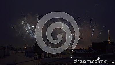 Os fogos-de-artifício e a luz mostram na opinião da noite dos feriados da celebração do telhado da construção filme