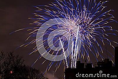 Os fogos-de-artifício indicam na véspera de anos novos