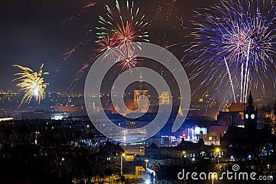 Os fogos-de-artifício indicam na véspera de anos novos em Gdansk