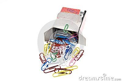 Clipes de papel derramados da caixa