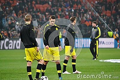 Os jogadores de futebol do Borussia Dortmund estão prontos para jogar Fotografia Editorial