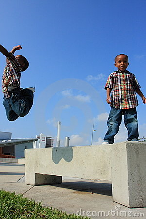 Os meninos que saltam ao redor