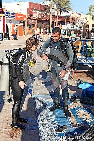 Os mergulhadores estão preparando-se Foto Editorial