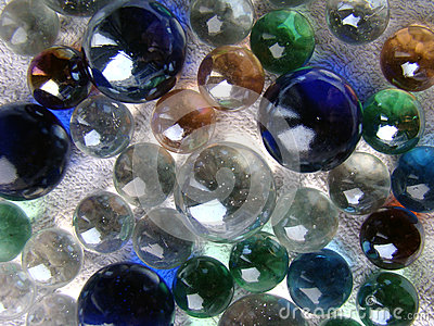 Os mármores de vidro fecham-se acima