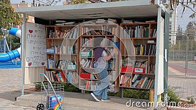 Os novos livros est?o sendo colocados na biblioteca da rua em Israel filme