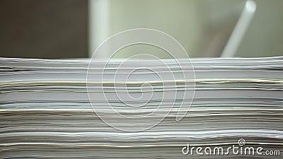 Os papéis deixam cair, trabalhando no portátil com lapso de tempo dos papéis filme