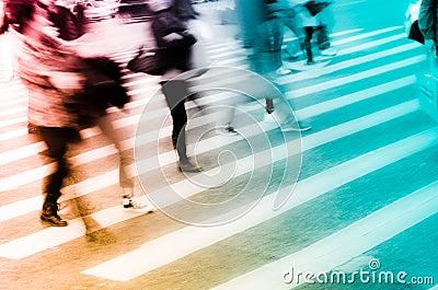Os povos aglomeram-se na rua do cruzamento de zebra