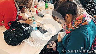 Os povos que atendem a uma oficina e a uma exposição chamaram Arzu'nun Bebekleri em Eskisehir video estoque