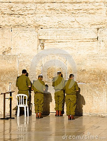 Os soldados do exército israelita praying na parede ocidental em Jerusalem Imagem Editorial