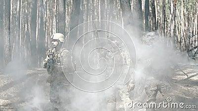Os soldados levantam após a batalha video estoque