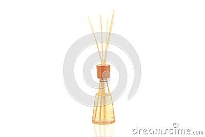 Os termas de madeira do aroma colam na garrafa, isolada no branco