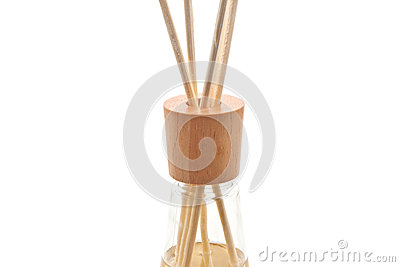 Os termas de madeira do aroma colam na garrafa, isolada no branco, fim acima