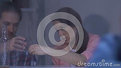 Osamotniona dziewczyna patrzeje w okno, rodzice pije alkohol na tle, nałóg zbiory wideo